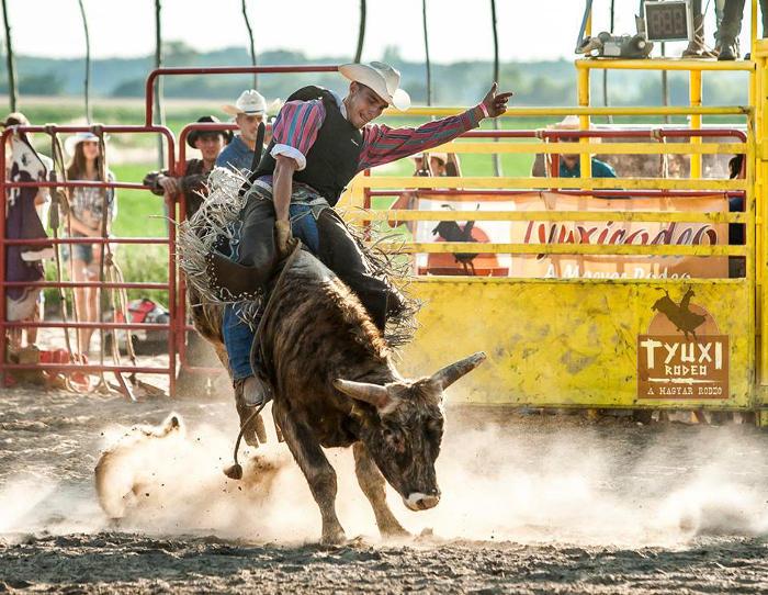 Vakmerő rodeósok az erődben az amerikai autók árnyékában