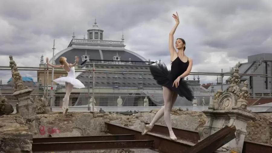 The Art Around us – Képek a volt Balettintézetből fotókiállítás